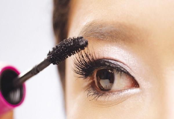 Dành cả thanh xuân để chuốt mascara vẫn không ưng ý, dùng phấn rôm sẽ giúp bạn sở hữu lông mi dày-rậm-cong vút mà chẳng tốn đến 1 phút - Ảnh 5