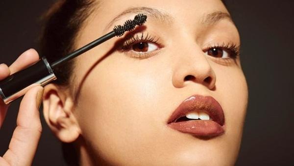 Dành cả thanh xuân để chuốt mascara vẫn không ưng ý, dùng phấn rôm sẽ giúp bạn sở hữu lông mi dày-rậm-cong vút mà chẳng tốn đến 1 phút - Ảnh 7