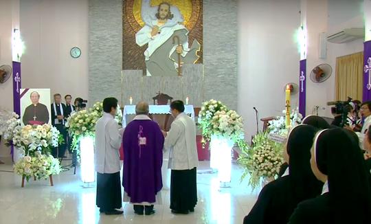 Đón linh cữu Tổng giám mục Phaolô Bùi Văn Đọc tại nhà thờ Đức Bà - Ảnh 3