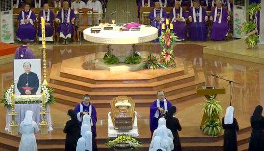Đón linh cữu Tổng giám mục Phaolô Bùi Văn Đọc tại nhà thờ Đức Bà - Ảnh 6