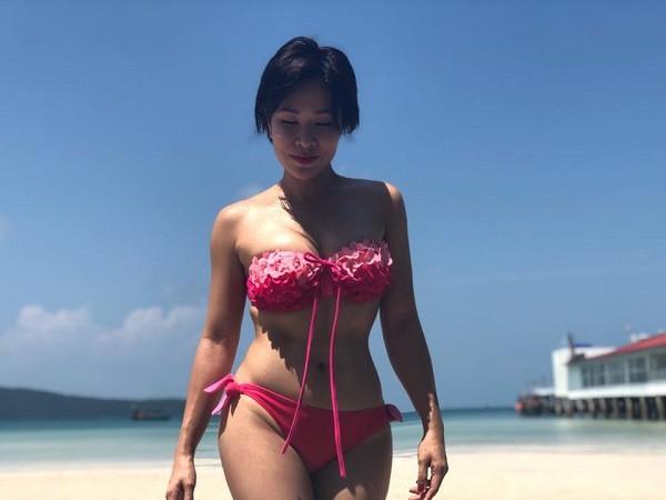 Uyên Linh khoe eo con kiến và vòng 1 căng đầy với bikini ở bãi biển - Ảnh 1