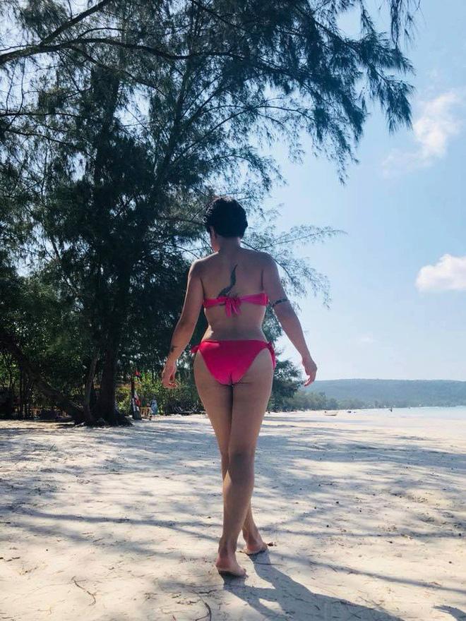 Uyên Linh khoe eo con kiến và vòng 1 căng đầy với bikini ở bãi biển - Ảnh 4