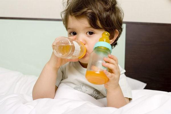 Điều mà cha mẹ không lường trước được khi cho trẻ uống nước ép trái cây quá sớm - Ảnh 2