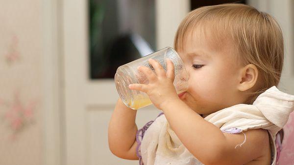 Điều mà cha mẹ không lường trước được khi cho trẻ uống nước ép trái cây quá sớm - Ảnh 3