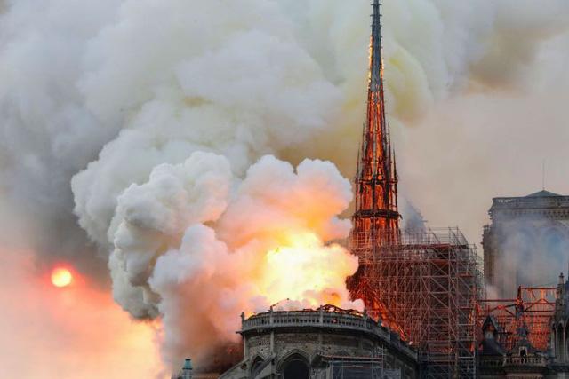 Nhà thờ Đức Bà Paris đang bốc cháy dữ dội - Ảnh 1