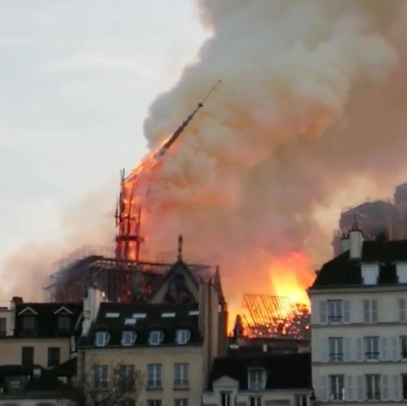 Nhà thờ Đức Bà Paris đang bốc cháy dữ dội - Ảnh 2