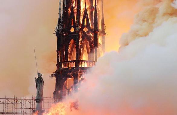 Nhà thờ Đức Bà Paris đang bốc cháy dữ dội - Ảnh 3