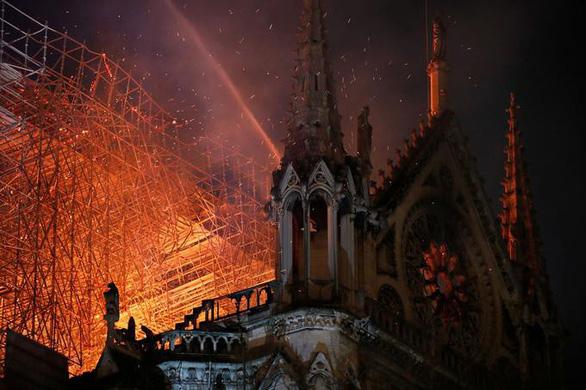Nhà thờ Đức Bà Paris đang bốc cháy dữ dội - Ảnh 4