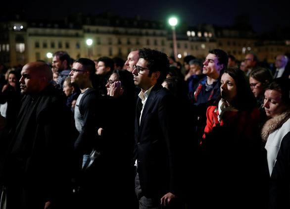 Nhà thờ Đức Bà Paris đang bốc cháy dữ dội - Ảnh 5