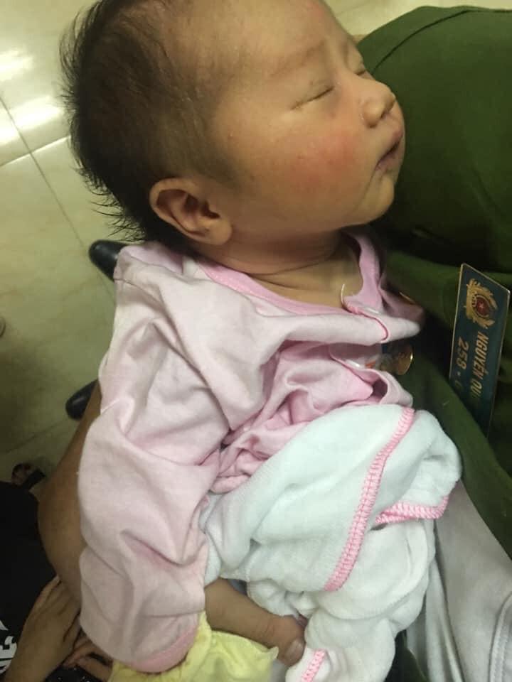 Bé gái 6 ngày tuổi bị bỏ rơi trong thùng giấy cùng lá thư của mẹ: 'Xin nuôi giúp tôi, cúi đầu tôi xin tạ lỗi' - Ảnh 1
