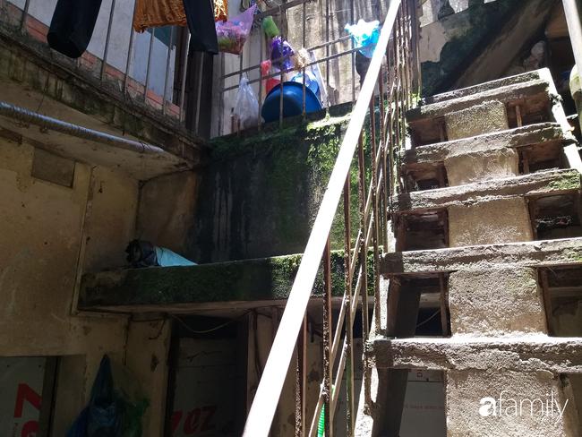Bé trai sơ sinh bị mẹ bỏ xuống hố ga ở Hà Nội vẫn trong tình trạng nặng, phải thở máy, dùng kháng sinh phổ rộng - Ảnh 3