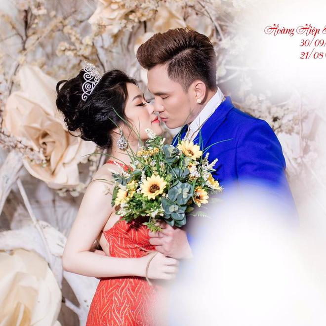 Đi hát xuống nắm tay fan và duyên vợ chồng định mệnh của Lâm Chấn Huy với vợ kém 13 tuổi - Ảnh 2