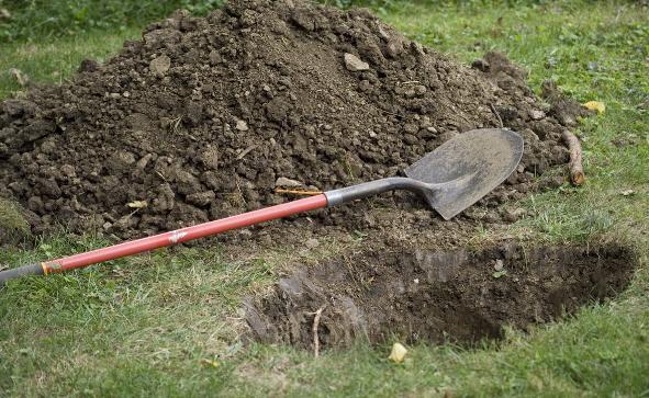 Định đào huyệt chôn cha già, người đàn ông bất ngờ gặp sự cố khiến anh chết lặng vì sợ hãi - Ảnh 2