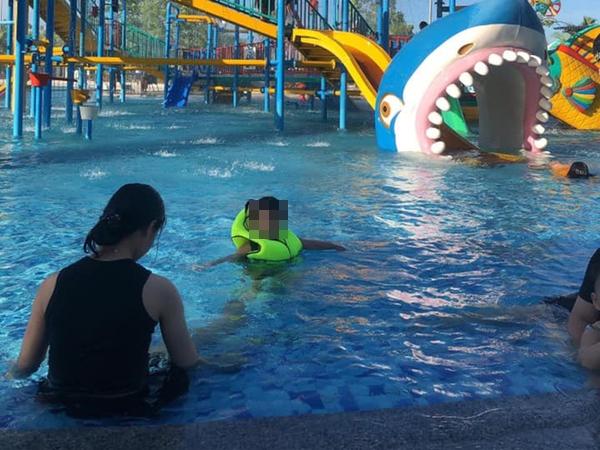 Nghệ An: Đi chơi công viên nước, bé 7 tuổi đuối nước thương tâm - Ảnh 1