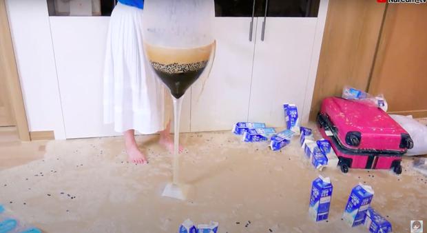 Làm trà sữa trân châu khổng lồ giống Bà Tân Vlog, Youtuber người Hàn lại có cái kết khiến dân mạng cười xỉu: Dọn nhà đến ốm luôn quá! - Ảnh 3