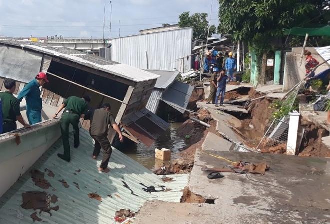 5 căn nhà bị nhấn chìm xuống nước do sạt lở bờ sông Nha Mân - Ảnh 2
