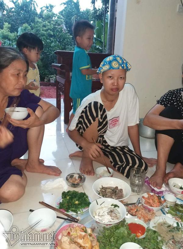 Bữa cơm đầu tiên của 2 mẹ con Bình An ở nhà - Ảnh 6