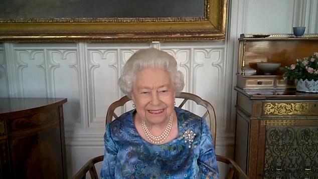 Xuất hiện trong cùng một ngày với Meghan Markle, Nữ hoàng Anh không hề nao núng, thể hiện đẳng cấp và thần thái vượt trội - Ảnh 2