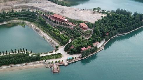 Lại thêm một công trình 'khủng' ngang nhiên xây dựng trái phép trên vịnh Bái Tử Long - Ảnh 1
