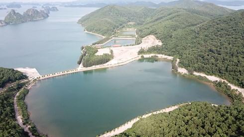 Lại thêm một công trình 'khủng' ngang nhiên xây dựng trái phép trên vịnh Bái Tử Long - Ảnh 2