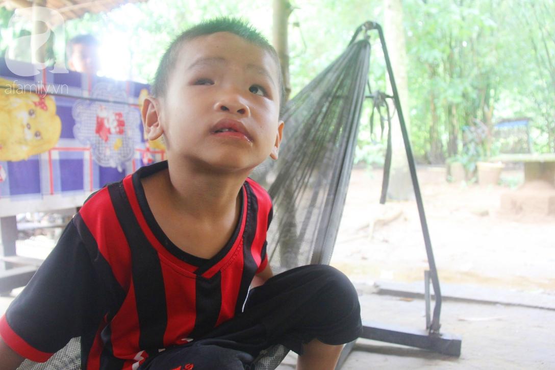 Bé trai 4 tuổi bị mù một bên mắt ngây ngô hỏi mẹ: 'Lỡ con không thấy đường, bố mẹ có bỏ con không?' - Ảnh 6