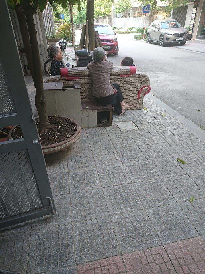 Bức ảnh phụ nữ đam mê 'buôn dưa lê, bán dưa chuột' bất chấp tuổi tác gây 'bão' mạng vì quá đáng yêu - Ảnh 3