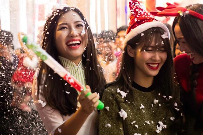 Giáng sinh là dịp để bạn bè cùng ngồi quây quần trao nhau những lời chúc chân thành