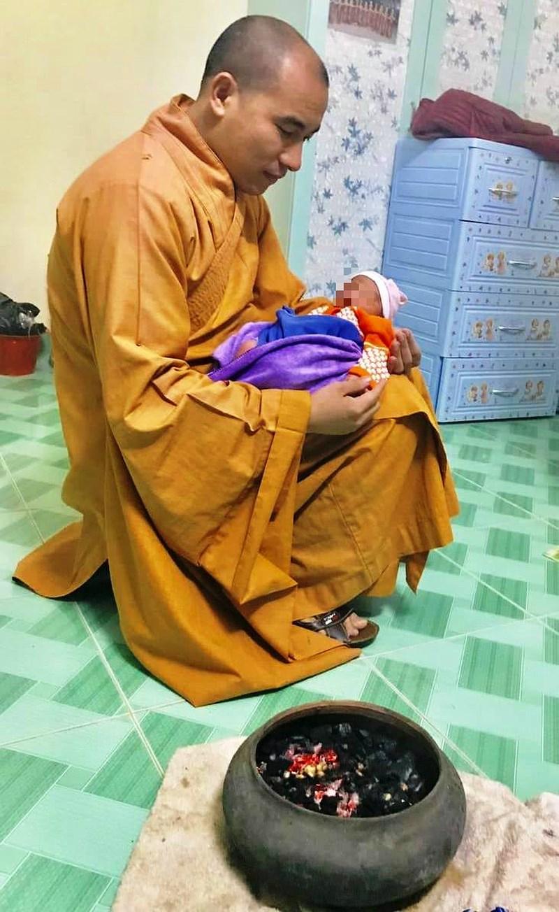 Góc xót xa: Bé gái 1 tuần tuổi tím tái vì bị cặp nam nữ bỏ rơi trong đêm rét căm căm - Ảnh 1