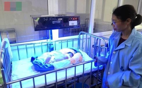 Góc xót xa: Bé gái 1 tuần tuổi tím tái vì bị cặp nam nữ bỏ rơi trong đêm rét căm căm - Ảnh 2