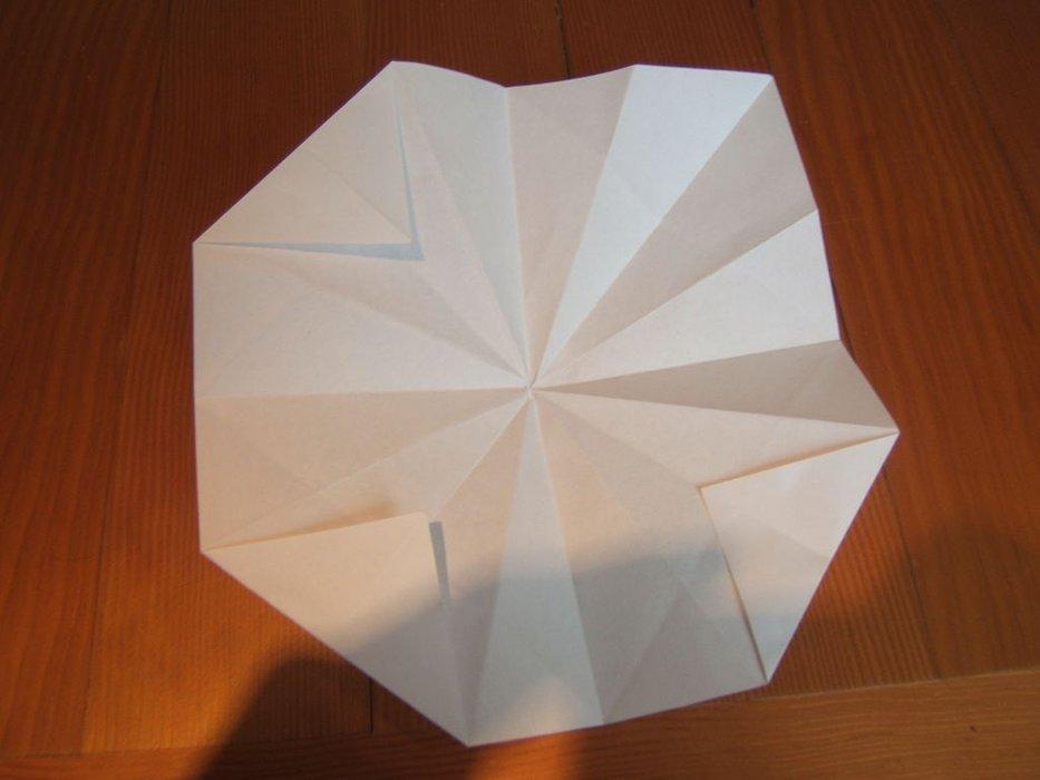 Mở tờ giấy và gấp 4 cạnh theo nếp như hình