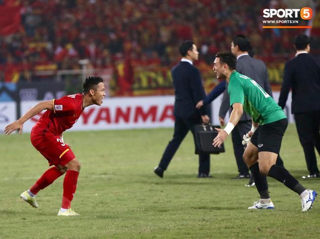 Sau tất cả, Quế Ngọc Hải và Đặng Văn Lâm lại về với nhau trong một khoảnh khắc xúc động khi giành ngôi vô địch - Ảnh 1