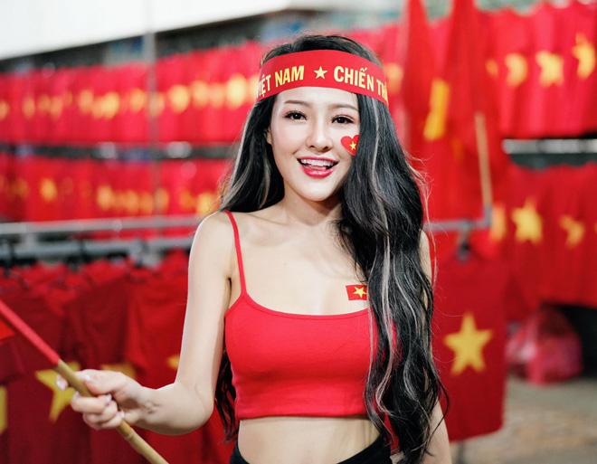 Choáng với màn 'cởi sạch sành sanh' ăn mừng Việt Nam vô địch AFF Cup của Ngân 98 - Ảnh 4