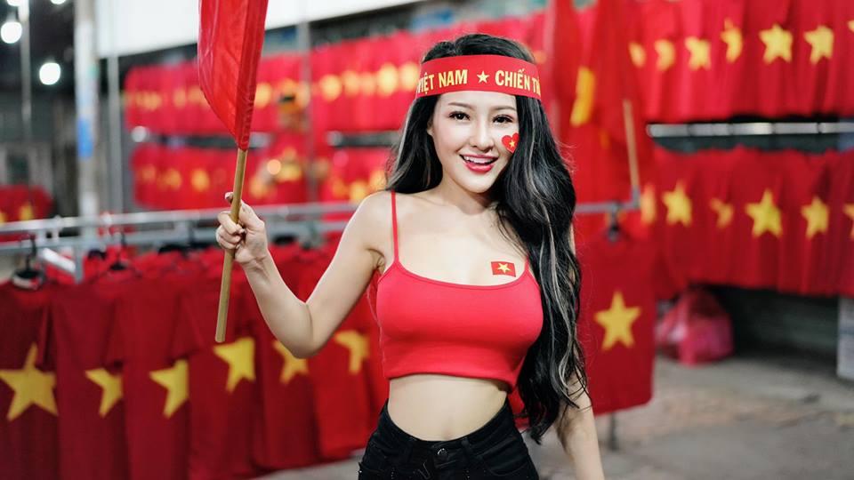 Choáng với màn 'cởi sạch sành sanh' ăn mừng Việt Nam vô địch AFF Cup của Ngân 98 - Ảnh 5