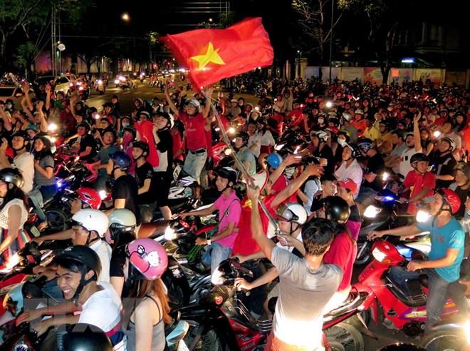Choáng với màn 'cởi sạch sành sanh' ăn mừng Việt Nam vô địch AFF Cup của Ngân 98 - Ảnh 2