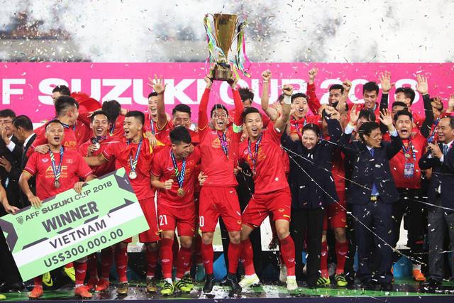 Choáng với màn 'cởi sạch sành sanh' ăn mừng Việt Nam vô địch AFF Cup của Ngân 98 - Ảnh 1