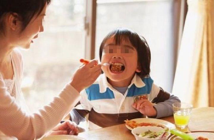 Bé 7 tuổi bụng đầy kí sinh trùng vì ngày nào ông nội cũng cho ăn món ưa thích - Ảnh 3