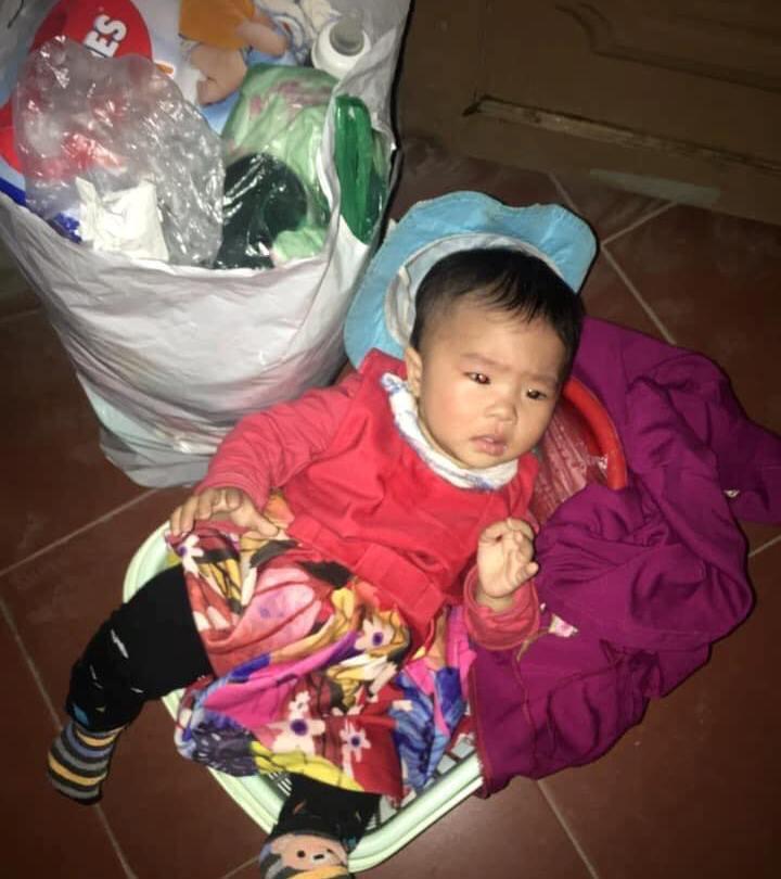 Bị bỏ trước cổng chùa kèm lời nhắn 'sẽ không quay lại đón', bé 8 tháng tuổi khóc đỏ mắt tìm mẹ - Ảnh 1