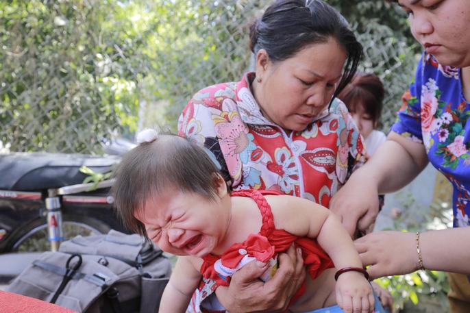 Xót lòng đám tang vợ chồng nghèo chết dưới bánh xe container, bỏ lại 3 con thơ - Ảnh 2