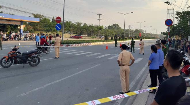 Cha mẹ bị xe container cán chết trên đường đi mua quần áo Tết: 2 con thơ khóc ngất bên thi thể - Ảnh 1