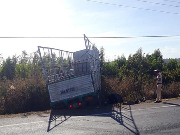 Cha mẹ bị xe container cán chết trên đường đi mua quần áo Tết: 2 con thơ khóc ngất bên thi thể - Ảnh 2