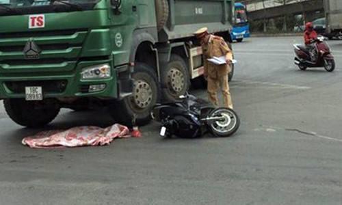Hà Nội: Xe máy va chạm với xe tải, bé trai 2 tuổi văng xuống đường bị cán tử vong  - Ảnh 1