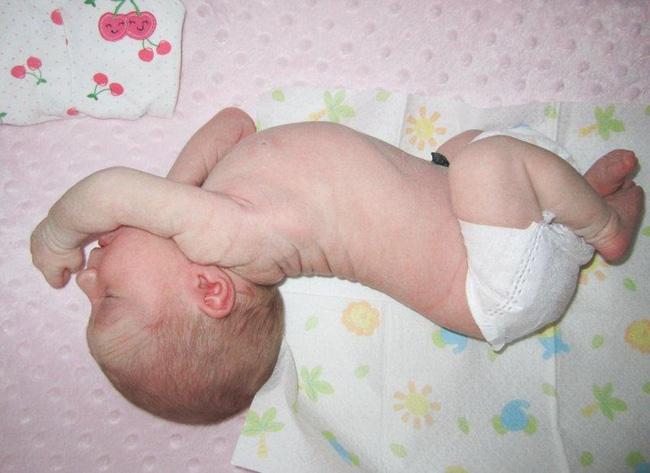 Kinh nghiệm nuôi con đầy mình nhưng chưa chắc các mẹ có thể đọc hiểu hết những ngôn ngữ cơ thể này của trẻ - Ảnh 1