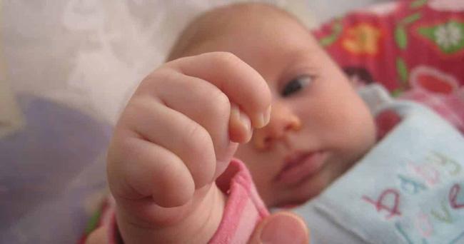 Kinh nghiệm nuôi con đầy mình nhưng chưa chắc các mẹ có thể đọc hiểu hết những ngôn ngữ cơ thể này của trẻ - Ảnh 5