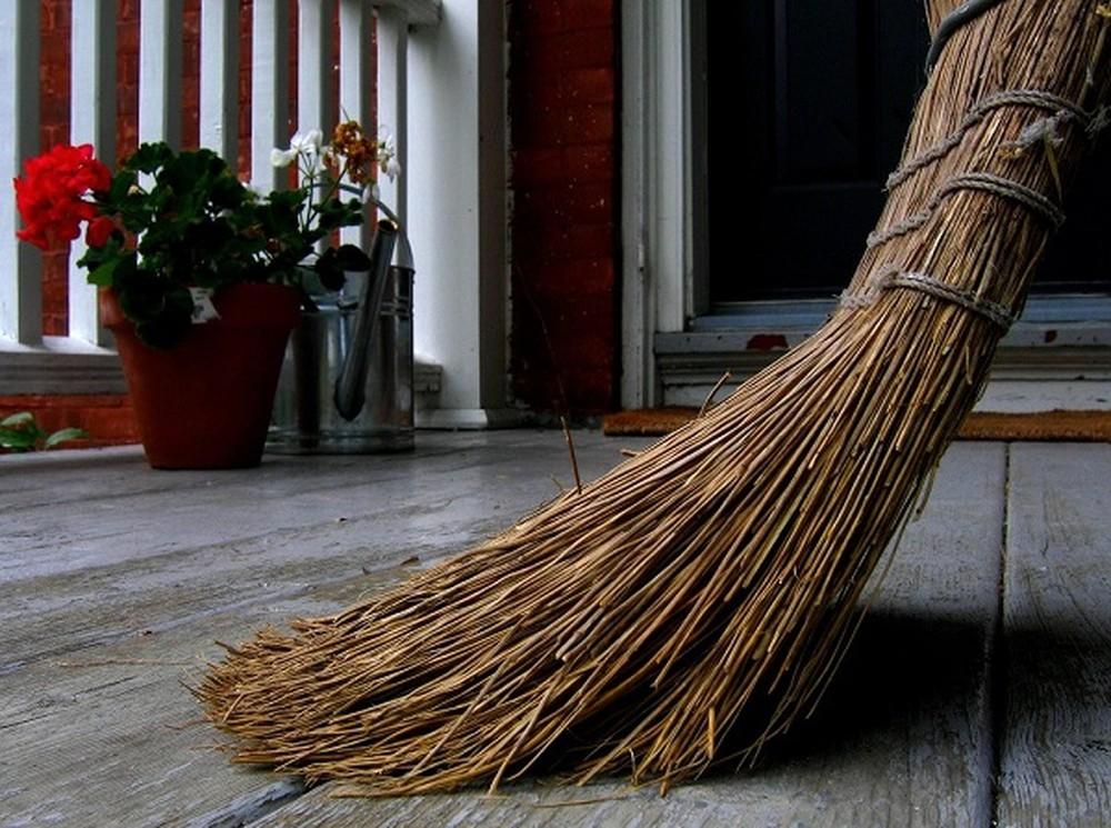 Theo phong tục ngày tết người ta thường kiêng quét nhà trong ngày đầu năm mới