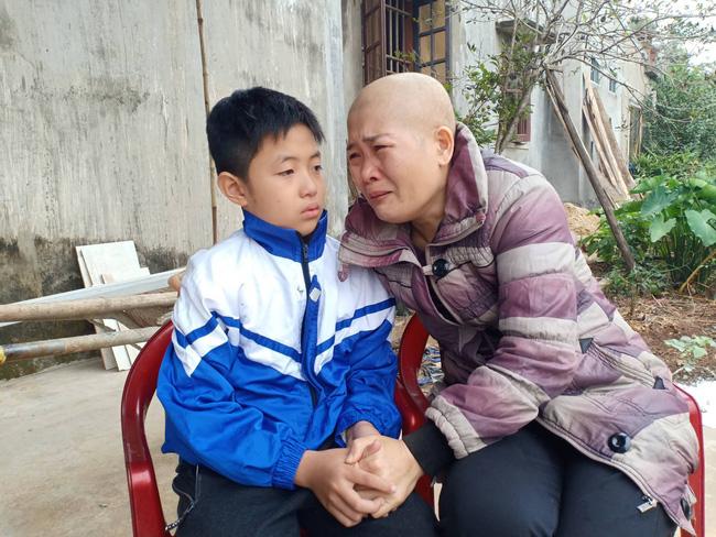 """Lời khẩn cầu của đứa trẻ mồ côi cha, mẹ mắc bệnh hiểm nghèo: """"Cháu đã mồ côi bố, nếu mẹ mà chết thì cháu biết sống với ai?"""" - Ảnh 1"""