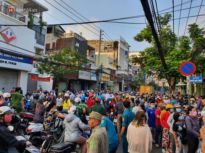 Ảnh: Vạ vật xếp hàng dài cả cây số từ sáng sớm để mua khẩu trang vẫn không được, người Sài Gòn ngán ngẩm ra về - Ảnh 1