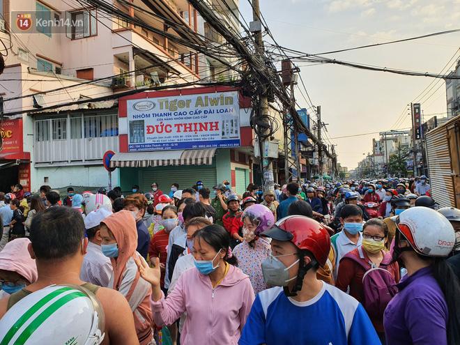 Ảnh: Vạ vật xếp hàng dài cả cây số từ sáng sớm để mua khẩu trang vẫn không được, người Sài Gòn ngán ngẩm ra về - Ảnh 10