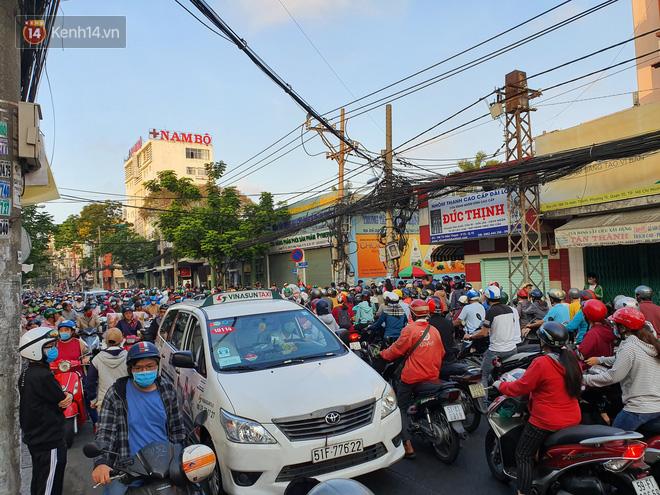 Ảnh: Vạ vật xếp hàng dài cả cây số từ sáng sớm để mua khẩu trang vẫn không được, người Sài Gòn ngán ngẩm ra về - Ảnh 11