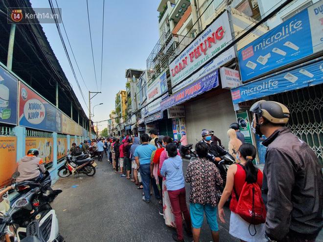 Ảnh: Vạ vật xếp hàng dài cả cây số từ sáng sớm để mua khẩu trang vẫn không được, người Sài Gòn ngán ngẩm ra về - Ảnh 12