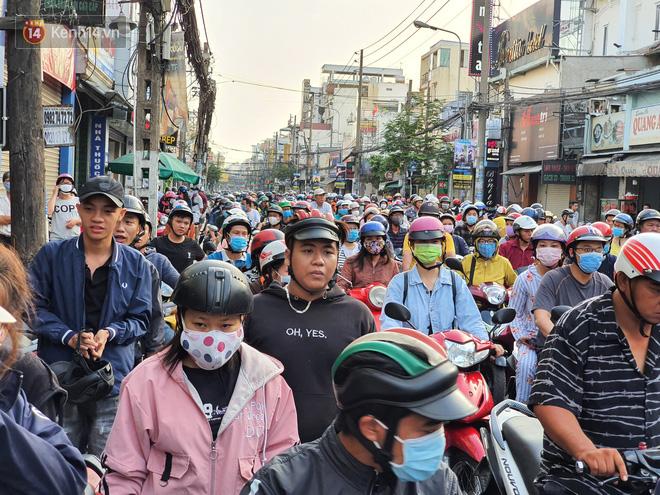 Ảnh: Vạ vật xếp hàng dài cả cây số từ sáng sớm để mua khẩu trang vẫn không được, người Sài Gòn ngán ngẩm ra về - Ảnh 13